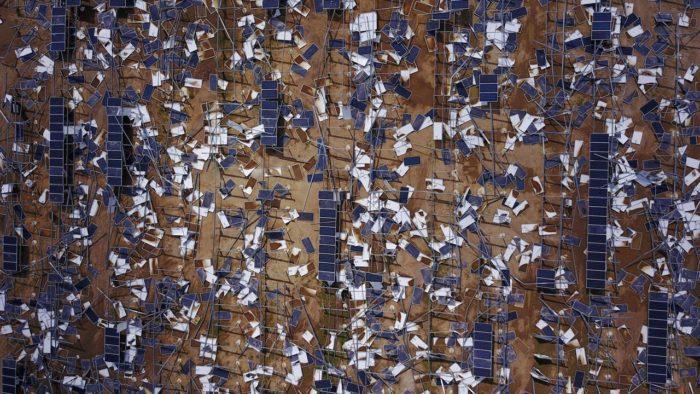 Обломки солнечных панелей послу урагана Мария в Пуэрто Рико